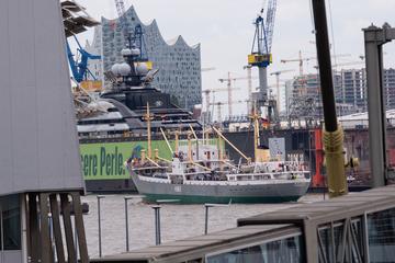 Hamburg: Parade der Traditionsschiffe: 12.000 Menschen feiern Elbfest 3.0