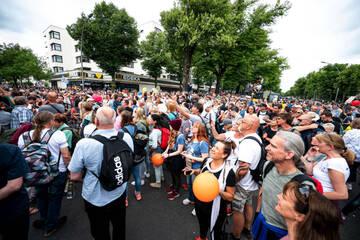 "Berlin: Toter bei ""Querdenker""-Protesten: Mann (49) kollabiert und stirbt im Krankenhaus"