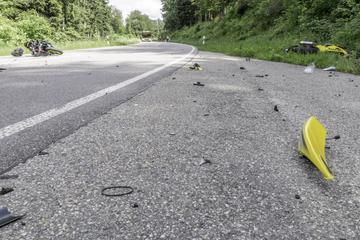 Motorradfahrer krachen frontal zusammen: Einer stirbt, der andere wird schwer verletzt