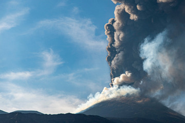 Der Ätna auf Sizilien bricht erneut aus: Vulkan sorgt für neun Kilometer hohe Aschewolke