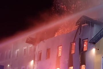 Wohnhaus brennt bis auf die Grundmauern nieder: Schaden in Millionenhöhe