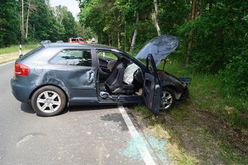 Auto kommt von Straße ab und überschlägt sich: Zwei Verletzte!