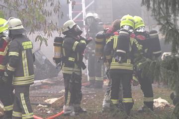 München: Explosion und Brand in Haus! Feuerwehr mit Großaufgebot im Einsatz, Polizei warnt Anwohner