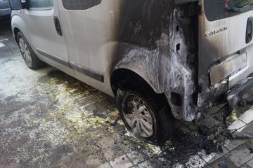 Das kann kein Zufall sein! Sieben Autos innerhalb weniger hundert Meter in Flammen