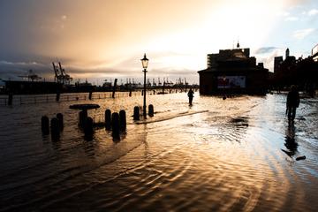 Orkanartige Böen an der Nordsee, Hamburger Fischmarkt unter Wasser