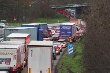 Köln: Klärschlamm ausgelaufen: Sperrung auf der A57 bei Krefeld, mehrere Unfälle