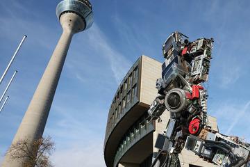 """Riesige Schrott-Skulptur """"läuft"""" durch Düsseldorf!"""