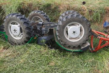 Drama im Landkreis Bautzen: Traktor fällt bei Sturz auf Fahrer