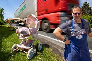Ein Dorf wehrt sich gegen den A4-Irrsinn: Der stumme Spielzeug-Protest gegen die Lärm-Laster