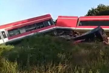 Zug kollidiert an Bahnübergang mit Lastwagen und entgleist