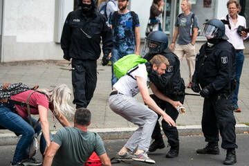 """Berlin: Aufmarsch trotz Demo-Verbot: Polizei nimmt rund 500 """"Querdenker"""" fest"""