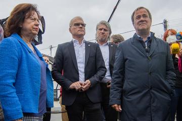 Besuch vor Ort: Armin Laschet gibt Flut-Helfer Zettel mit seinen Kontaktdaten