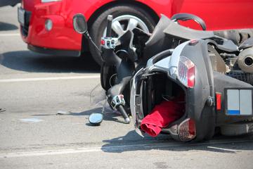 Auffahrunfall in Swisttal: Motorradfahrerin (28) schwer verletzt