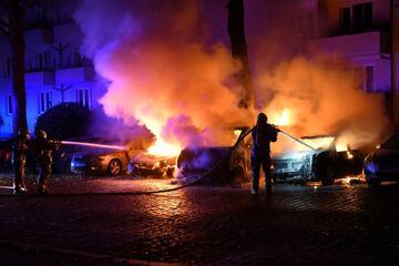 Berlin: Mehrere Autos in der Nacht in Berlin in Flammen