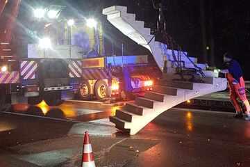 Lastwagen verliert während der Fahrt auf der A1 tonnenschwere Treppe