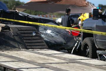 Auto kommt bei Rennen von Fahrbahn ab, rast in Zuschauer und tötet zwei Kinder