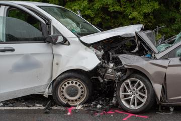 Schwerer Frontalcrash im Erzgebirge: Transporterfahrer gerät auf Gegenfahrbahn