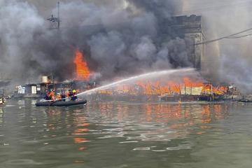 Frachter explodiert im Hafen! Mindestens sechs Verletzte