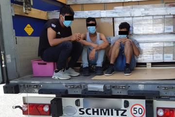 Lkw-Fahrer hört Klopfgeräusche: Junge Migranten harrten zwei Tage in Auflieger aus