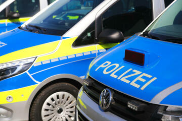 Unfall A20: Kleinbus-Rowdy drängt Lkw ab: Tonnenschwere Betonteile krachen auf A20