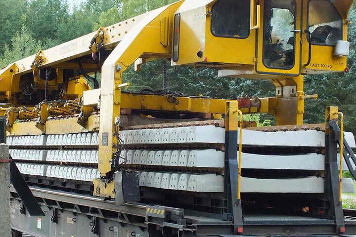 Der Zug wurde aufgestellt, um Gleise zu verlegen.