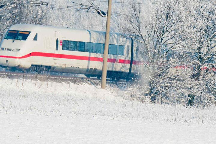 Die Deutsche Bahn hat vor Zugausfällen aufgrund eines Wintereinbruchs gewarnt. (Symbolbild)