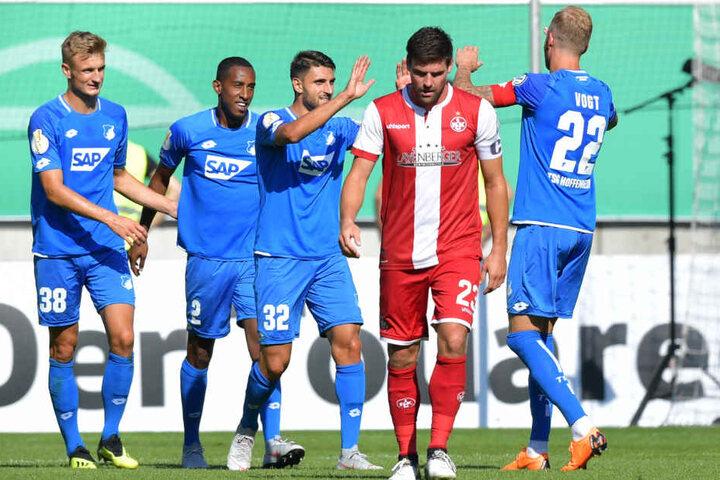 Florian Dick (2.v.r.) vom 1. FC Kaiserslautern guckt niedergeschlagen zu Boden, während sich im Hintergrund die Hoffenheimer (v.l.) Stefan Posch, Joshua Brenet, Vincenzo Grifo und Kevin Vogt über einen Treffer freuen.