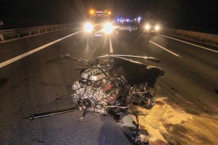 Der Motorblock des Sportwagens wurde herausgerissen und wurde auf die Fahrbahn geschleudert.