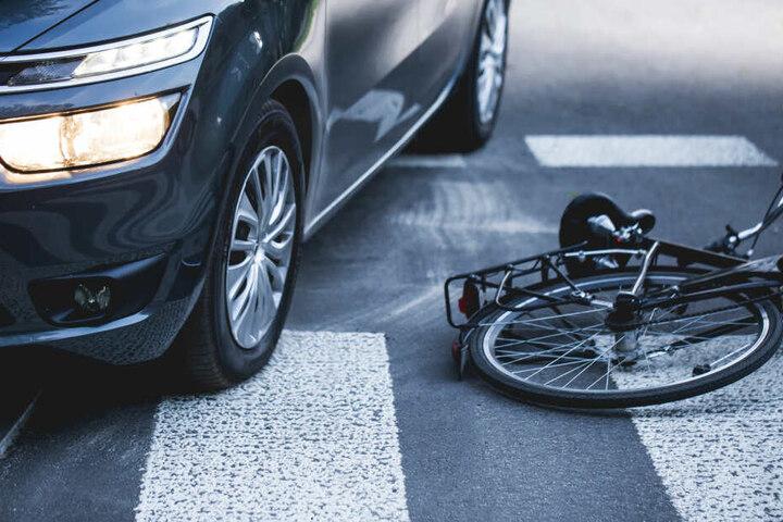 Der Renault und das Fahrrad stießen zusammen. Der Radfahrer wurde schwer verletzt. (Symbolbild)
