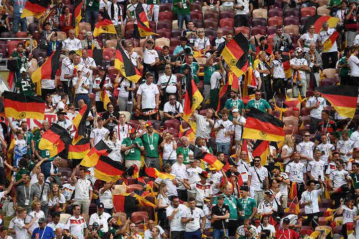 Die deutschen Fans im Lushniki-Stadion in Moskau sind in freudiger Erwartung auf das Spiel.
