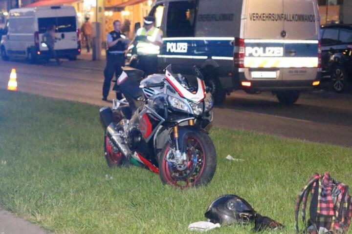 Das demolierte Motorrad auf der Mittelinsel der Frankfurter Allee.