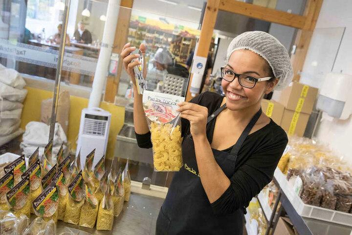 """Die Pastatüten werden von Joana per Hand zugetackert. Markenzeichen von  """"Pasta Lucia"""": In jeder Tüte ist eine grüne Nudel."""