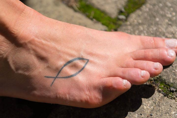 """2013 ließ sich Barbara Wezorke bei einem Besuch in Dresden ihr einziges Tattoo stechen - einen Jesusfisch auf dem rechten Fuß. """"Das ist für mich ein Bekenntnis. Mein Glaube bestimmt auch meine Schritte. Ich identifiziere mich sehr mit christlichen Gedanke"""