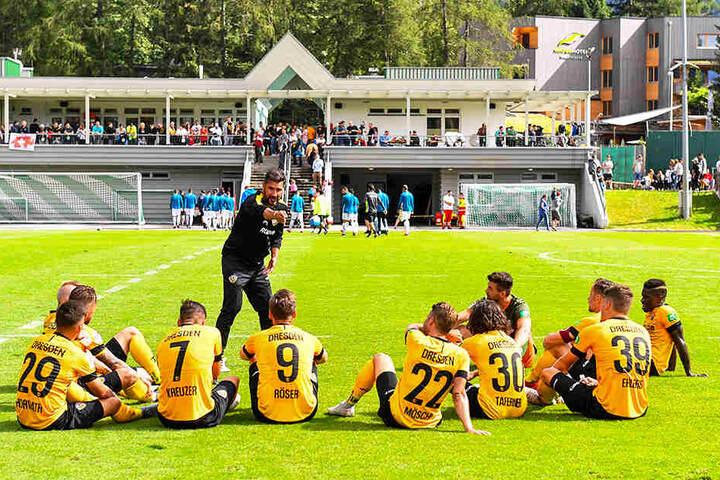 Cristian Fiel in der Halbzeitpause im Test gegen Athen (1:1). Er gibt seinen Spielern taktische Anweisungen.Die Taktik war bei ihm der große Schwerpunkt im Camp.