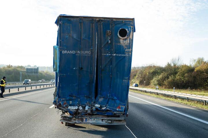 Auch der LKW, auf den der Fahrer auffuhr, sieht mitgenommen aus.