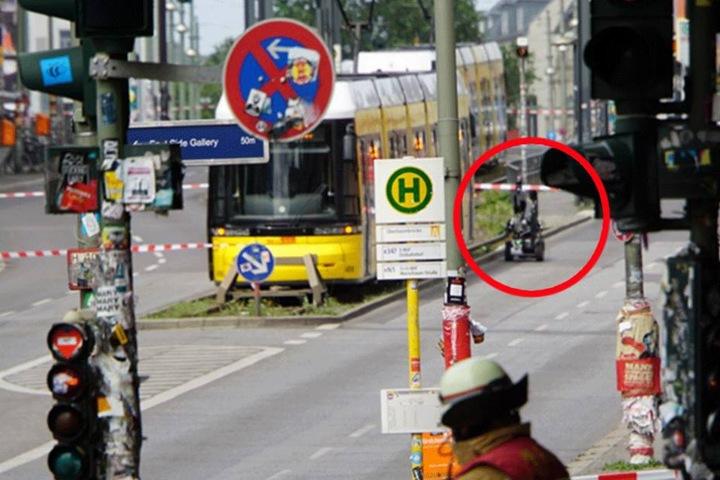 """Der Bombenroboter """"Theo"""" vom LKA Berlin neben der Straßenbahn."""