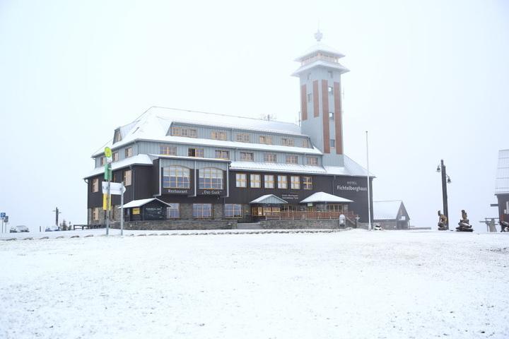 Auf dem Fichtelberg lag am Dienstag eine leichte Schneedecke.