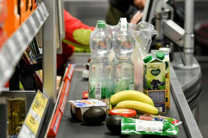 Der Großteil der Kunden legt seine Waren lieber auf das Band.