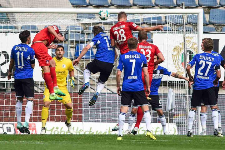 Hier köpfte Ex-Armine Arne Feich (Nr. 28) zum 0:1 für Heidenheim ein.