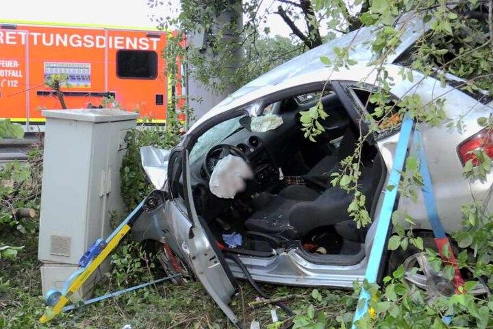 Das Auto ist nach dem Unfall völlig zerstört.
