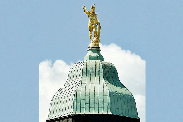 Er ist der einzige der Stadtverwaltung, der nackt arbeiten darf: Herkules auf der Turmspitze des Rathauses.