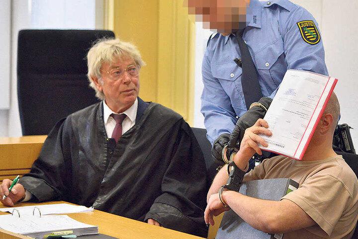 Der Angeklagte Thomas F. (45) wird dem Richter vorgeführt.