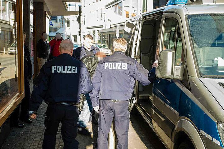 Mit Handschellen und Fußfesseln wurde der mutmaßliche Täter im Gefangenentransport abtransportiert.