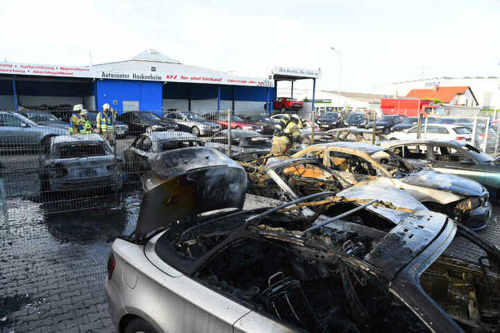Mindestens neun Autos brannten auf dem Gelände vor dem Autohaus aus.