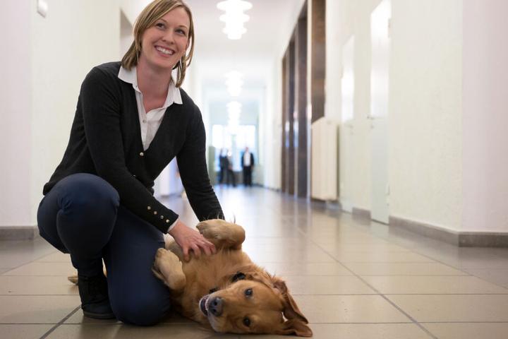 """Die Hundeführerin Sabine Kubinski sitzt neben """"Watson""""."""