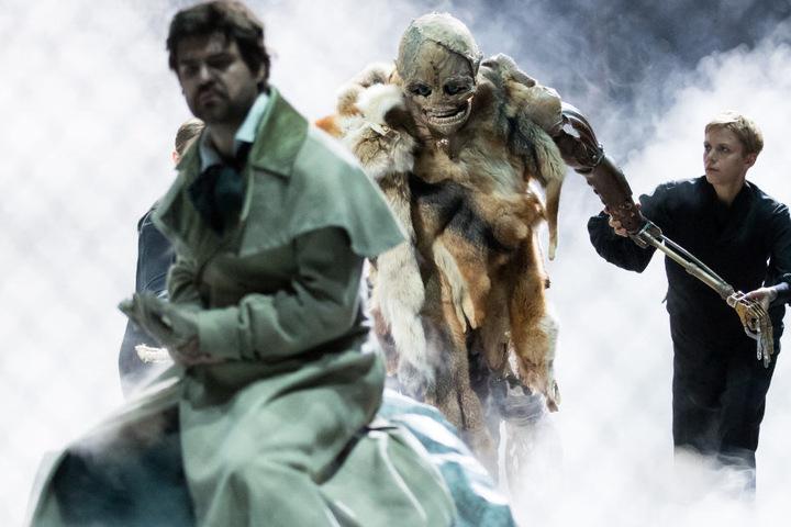 """Viktor Rud (links) als Viktor Frankenstein und """"Das Monster"""", bewegt von Puppenspielern."""