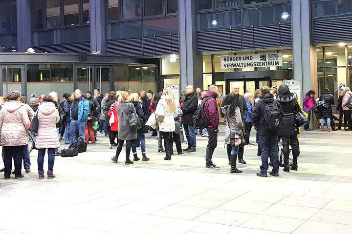 Die Drohung gegen das Amt im Gebäudekomplex Moritzhof ging gegen 14.30 Uhr ein, sagte eine Polizeisprecherin.