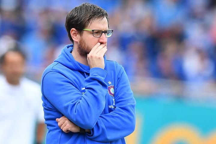 """""""Was haben wir denn den Schiedsrichtern getan?"""", fragte sich Aues Trainer Hannes Drews nach dem Spiel."""