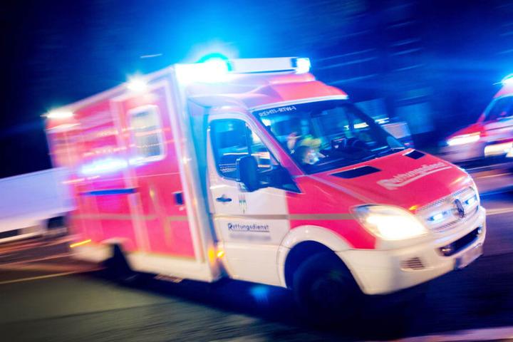 Ein Rettungswagen machte sich auf den Weg zur Unfallstelle. (Symbolbild)