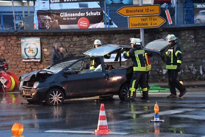 Die Feuerwehr nahm das Dach des Wagens ab, um die Frau aus ihrem Auto zu holen.